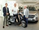 Hyupersa Vigo, concesionario de Hyundai, e Manel Fernández entregaron a motocicleta sorteada na Vigo Cup